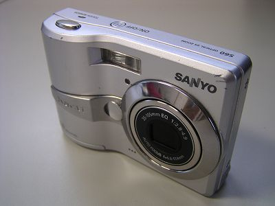 撮影した画像に横縞が入る不具合が起きている SANYO Xacti DSC-S60 - CAMEDIA C-730UZ