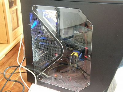 パソコン側面の大きな三角形の通風孔と透明パネル - COOLPIX 4800