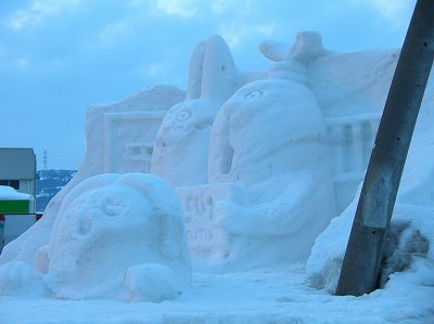 直江津からの帰りに十日町市で見かけた道路脇の雪像 - COOLPIX 4800