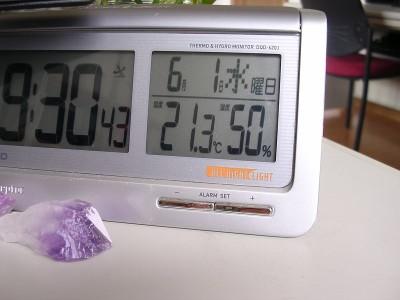 机の上に温度計を置きました